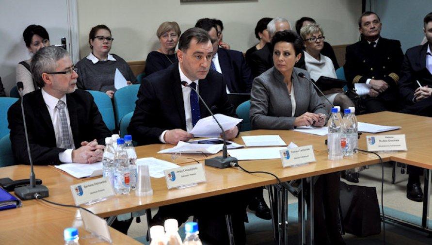 Zarząd Powiatu w Kołobrzegu podczas sesji Rady Powiatu - zdjęcie z archiwum SP w Kołobrzegu - Kliknięcie w obrazek spowoduje wyświetlenie jego powiększenia